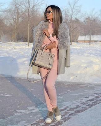 Cómo combinar: abrigo con cuello de piel gris, jersey de cuello alto rosado, pantalón de chándal rosado, botas ugg grises