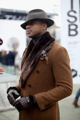 Cómo combinar: abrigo con cuello de piel marrón, jersey de cuello alto en marrón oscuro, sombrero de lana gris, pañuelo de bolsillo estampado marrón