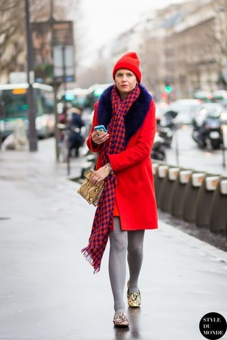 Cómo combinar: abrigo con cuello de piel rojo, mocasín de cuero con adornos marrón claro, cartera sobre de cuero con print de serpiente marrón claro, gorro rojo