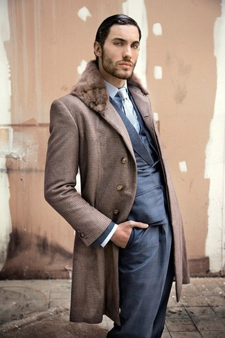 Cómo combinar: abrigo con cuello de piel marrón, traje de tartán azul marino, chaleco de vestir azul, camisa de vestir celeste