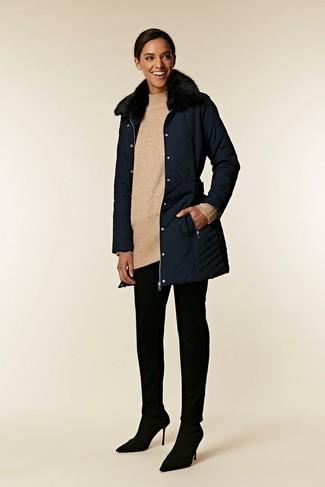 Cómo combinar: abrigo con cuello de piel azul marino, túnica de lana de punto en beige, pantalones pitillo negros, zapatos de tacón de ante negros