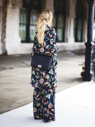 Cómo combinar: abrigo con print de flores negro, pantalones anchos con print de flores negros, bolso bandolera de cuero acolchado negro