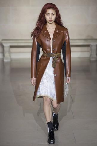 Cómo combinar: abrigo de cuero marrón, vestido camisola de encaje blanco, botines chelsea de cuero negros