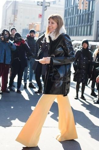 Cómo combinar: abrigo de cuero negro, pantalones anchos marrón claro