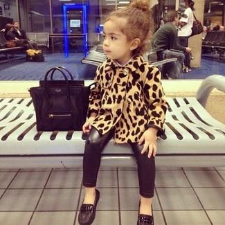 Cómo combinar: abrigo de leopardo marrón claro, leggings negros, mocasín negros