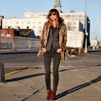 Cómo combinar: abrigo de piel de leopardo marrón, blazer en gris oscuro, camiseta de manga larga morado oscuro, vaqueros pitillo en gris oscuro