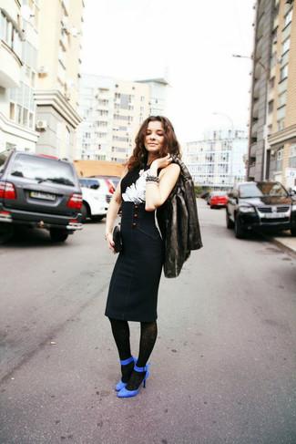 Cómo combinar: abrigo de piel en gris oscuro, blusa sin mangas estampada en negro y blanco, falda midi azul marino, zapatos de tacón de ante azules