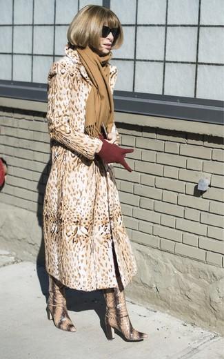 Cómo combinar: abrigo de piel de leopardo marrón claro, botas de caña alta de cuero con print de serpiente marrón claro, guantes de lana burdeos, bufanda marrón claro