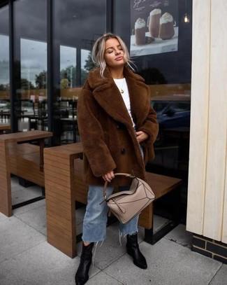 Cómo combinar: abrigo de piel marrón, camiseta con cuello circular blanca, falda pantalón vaquera azul, botines de cuero negros