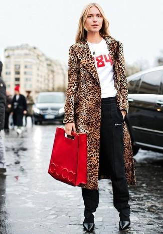 Cómo combinar: abrigo de piel de leopardo marrón claro, camiseta con cuello circular estampada en blanco y rojo, pantalón de pinzas negro, zapatos de tacón de cuero negros