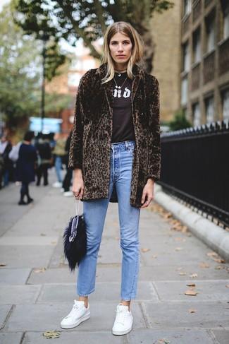 Cómo combinar: abrigo de piel de leopardo en marrón oscuro, camiseta con cuello circular estampada en marrón oscuro, vaqueros azules, tenis de cuero blancos