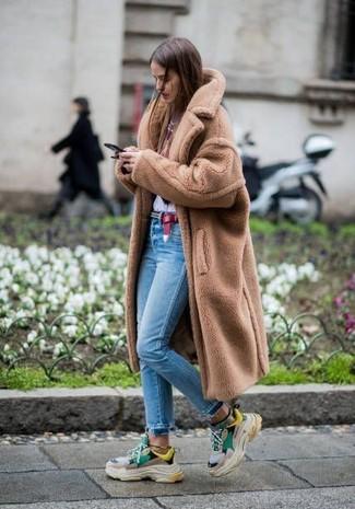 Cómo combinar: abrigo de piel marrón claro, camiseta con cuello circular estampada en blanco y rojo, vaqueros pitillo celestes, deportivas en multicolor