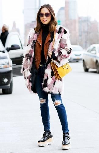 Cómo combinar: abrigo de piel rosado, chaqueta motera de ante en tabaco, jersey de cuello alto negro, vaqueros pitillo desgastados azul marino