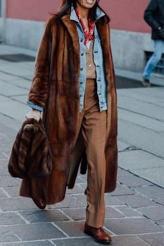 Cómo combinar: abrigo de piel marrón, chaqueta vaquera celeste, camiseta con cuello en v blanca, camiseta henley marrón claro