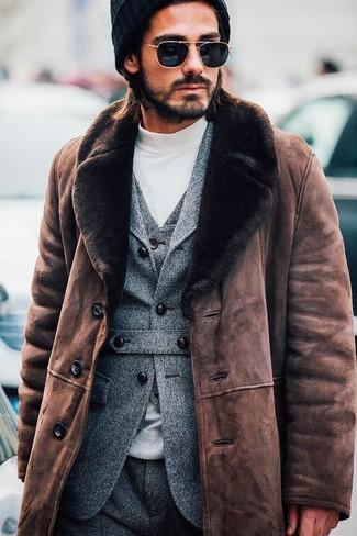 Cómo combinar: abrigo de piel de oveja marrón, blazer de lana gris, chaleco de vestir de lana gris, jersey de cuello alto blanco