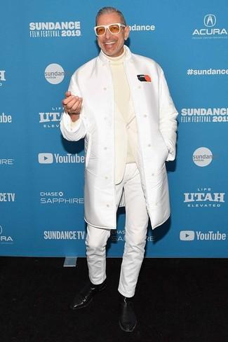 Cómo combinar: abrigo de piel de oveja blanco, blazer blanco, jersey de cuello alto en beige, vaqueros blancos
