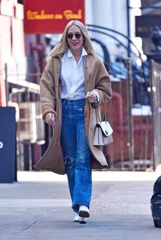 Cómo combinar: abrigo de piel de oveja en beige, camisa de vestir blanca, vaqueros desgastados azules, botines de cuero blancos