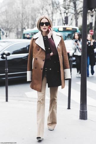Cómo combinar: abrigo de piel de oveja marrón, jersey con cuello circular burdeos, pantalón de campana en beige, botines de ante grises