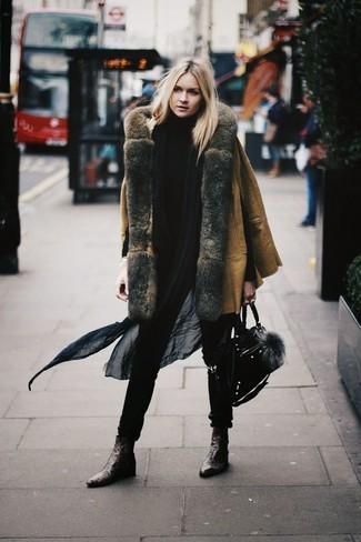 Cómo combinar: abrigo de piel de oveja marrón claro, jersey de cuello alto negro, botines de cuero en marrón oscuro, bolso de hombre de ante negro
