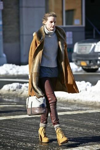 Cómo combinar: abrigo de piel de oveja marrón claro, jersey de cuello alto de punto gris, camiseta con cuello circular en gris oscuro, pantalones pitillo de cuero en marrón oscuro