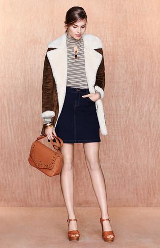 Cómo combinar: abrigo de piel de oveja en marrón oscuro, jersey de cuello alto de rayas horizontales blanco, minifalda vaquera azul marino, sandalias de tacón de cuero en tabaco