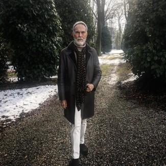 Cómo combinar: abrigo de piel de oveja negro, jersey de cuello alto de punto en beige, pantalón de vestir blanco, botines chelsea de ante en marrón oscuro