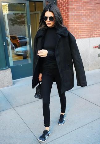 Cómo combinar: abrigo de piel de oveja negro, jersey de cuello alto negro, pantalones pitillo negros, deportivas azul marino