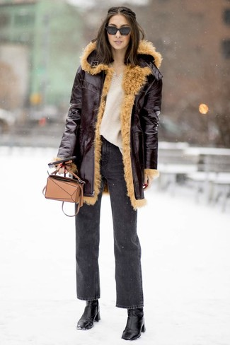 Cómo combinar: abrigo de piel de oveja burdeos, jersey oversized de punto en beige, vaqueros en gris oscuro, botines de cuero negros