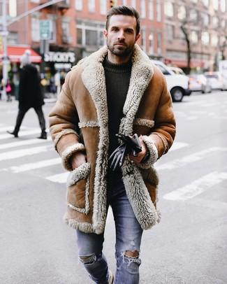 Cómo combinar: abrigo de piel de oveja marrón claro, jersey con cuello circular de punto verde oliva, vaqueros pitillo desgastados azules, guantes de cuero negros