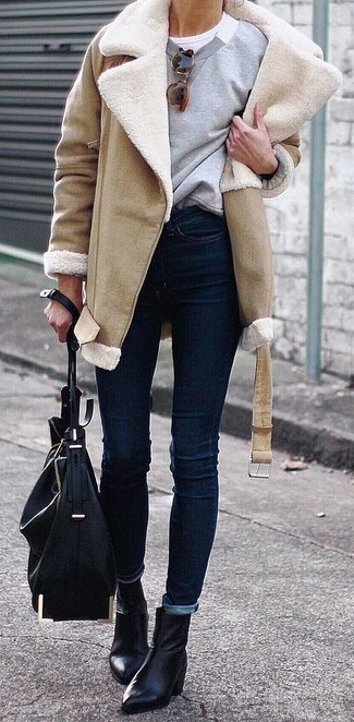 Cómo combinar: abrigo de piel de oveja marrón claro, sudadera gris, camiseta con cuello circular blanca, vaqueros pitillo azul marino