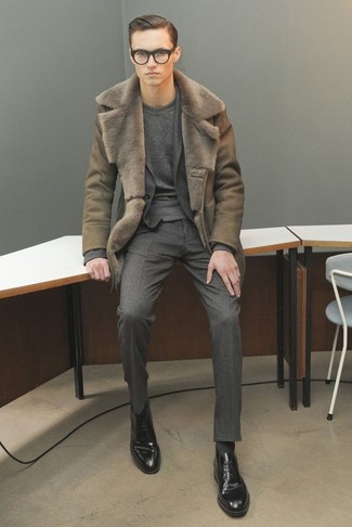 Cómo combinar: abrigo de piel de oveja verde oliva, traje de lana en gris oscuro, jersey con cuello circular en gris oscuro, zapatos derby de cuero negros