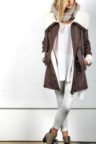 Cómo combinar: abrigo de piel de oveja en marrón oscuro, túnica blanca, pantalones pitillo de cuero blancos, botines con cordones de ante marrónes