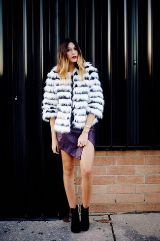 Cómo combinar: abrigo de piel de rayas horizontales en blanco y negro, minifalda de cuero en violeta, botines de ante negros, pulsera dorada