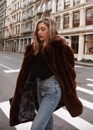 Cómo combinar: abrigo de piel en marrón oscuro, jersey de cuello alto negro, vaqueros celestes