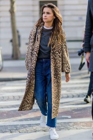Cómo combinar: abrigo de piel de leopardo marrón claro, jersey con cuello circular en gris oscuro, camiseta con cuello circular blanca, vaqueros boyfriend azules