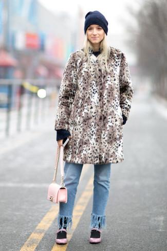 Cómo combinar: abrigo de piel de leopardo marrón, jersey con cuello circular negro, vaqueros сon flecos celestes, bailarinas de cuero rosadas