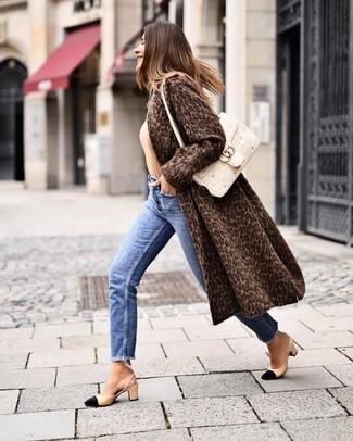 Cómo combinar: abrigo de piel de leopardo en marrón oscuro, jersey con cuello circular marrón claro, vaqueros azules, zapatos de tacón de cuero en negro y marrón claro