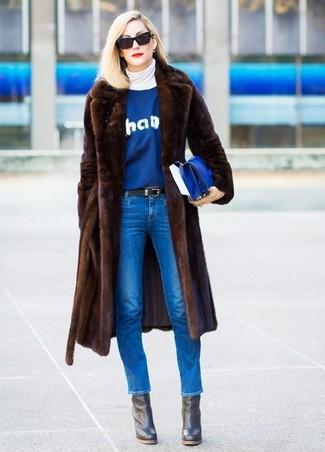 Cómo combinar: abrigo de piel en marrón oscuro, jersey de cuello alto blanco, jersey con cuello circular estampado azul, vaqueros pitillo azules