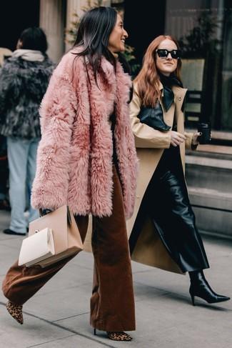 Cómo combinar: abrigo de piel rosado, jersey de cuello alto marrón claro, pantalones anchos en tabaco, botines de pelo de becerro de leopardo marrón claro