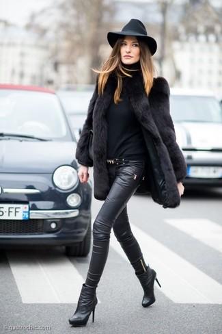 Cómo combinar: abrigo de piel negro, jersey de cuello alto negro, pantalones pitillo de cuero negros, botines de cuero negros