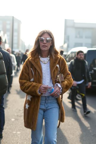 Cómo combinar: abrigo de piel marrón, jersey de ochos blanco, vaqueros celestes, bolso bandolera de cuero marrón