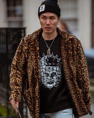 Cómo combinar: abrigo de piel de leopardo marrón, jersey con cuello circular estampado en negro y blanco, vaqueros celestes, gorro negro