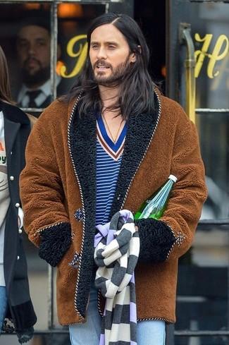 Cómo combinar: abrigo de piel marrón, jersey de pico de rayas horizontales azul, vaqueros celestes