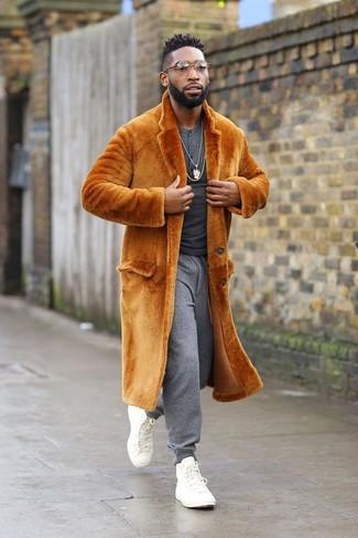 Cómo combinar: abrigo de piel naranja, camiseta henley de manga larga en gris oscuro, pantalón de chándal gris, zapatillas altas de lona blancas
