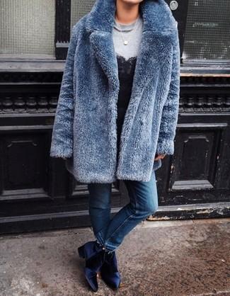 Cómo combinar: abrigo de piel azul, sudadera gris, camiseta sin manga de encaje negra, vaqueros azules