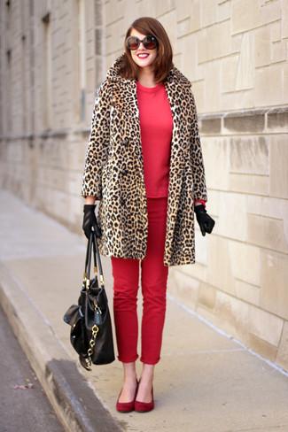 Cómo combinar: abrigo de piel de leopardo marrón claro, sudadera roja, vaqueros pitillo rojos, bailarinas de ante rojas