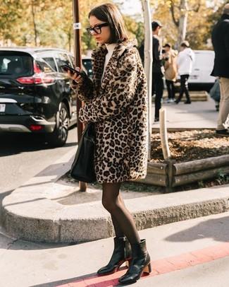 Cómo combinar: abrigo de piel de leopardo en beige, vestido jersey en beige, botines de cuero negros, bolsa tote de cuero negra