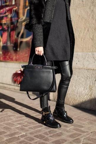 Cómo combinar: abrigo de piel negro, vestido jersey negro, vaqueros pitillo de cuero negros, botines de cuero negros