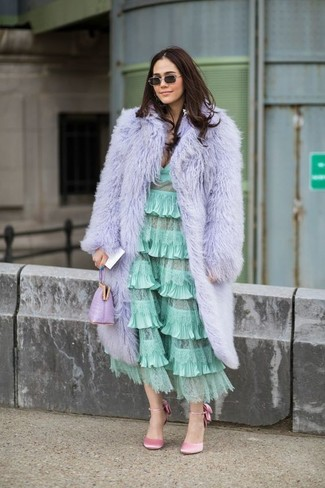 Cómo combinar: abrigo de piel violeta claro, vestido midi con volante en verde menta, zapatos de tacón de satén rosados, cartera sobre de cuero violeta claro