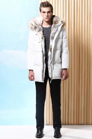 Cómo combinar: abrigo de plumón blanco, jersey con cuello circular en gris oscuro, pantalón chino negro, zapatos derby de cuero negros